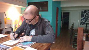 Speedy Graphito illustre la carte de voeux bigfoot et dédicace 10 exemplaires pour les 10 ans de l'agence.